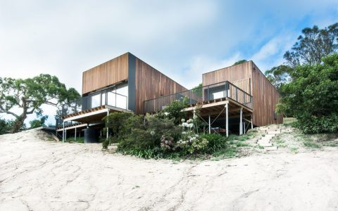 A stunning australian beach house by OLA Studio facade timber cladding australian beach home ola studio 0 480x300
